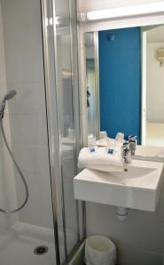 Salle de bains dans l'établissement Ibis Budget Hyères