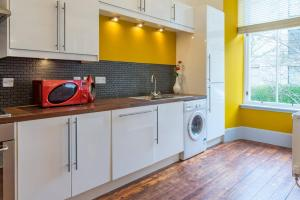 A kitchen or kitchenette at Stunning 2 bedroom apartment in heart of west end