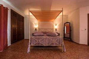 A bed or beds in a room at Hotel de Naturaleza Rodalquilar & Spa Cabo de Gata