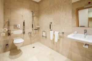 A bathroom at Airhotel Express