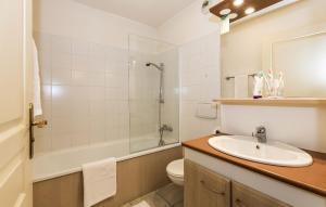 Salle de bains dans l'établissement Résidence Odalys Les Chalets d'Evian