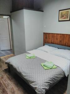 A bed or beds in a room at Apartman Merkur