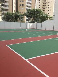 Tennis and/or squash facilities at Apartamento 2/4 or nearby
