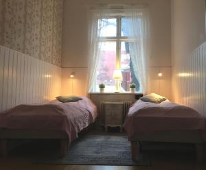 A bed or beds in a room at Hotell Kungsängstorg