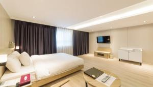 A television and/or entertainment center at Reborn Suwon Silkroad Hotel