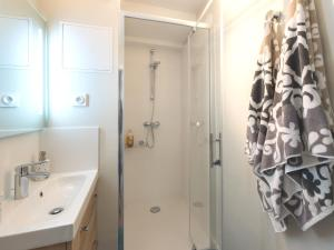 A bathroom at Charme au cœur d'avignon