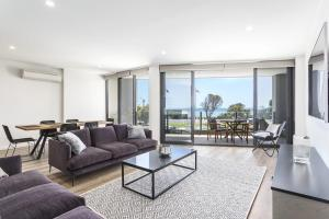 A seating area at Blairgowrie Apartment 1 - on the beach