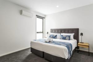 A bed or beds in a room at Blairgowrie Apartment 2 - on the beach