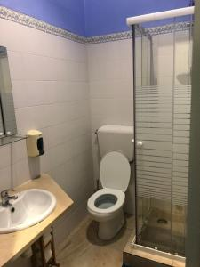 A bathroom at Le Penguin Hostel