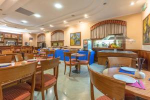A restaurant or other place to eat at Hotel Traiano