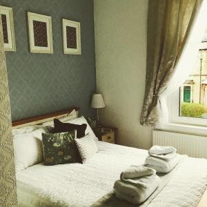 A bed or beds in a room at Dalesgate Lodge