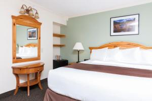 A bed or beds in a room at Alpenhof Lodge