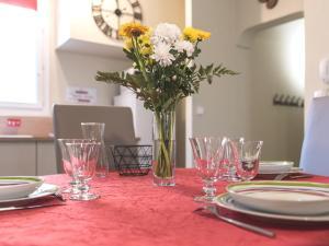 A restaurant or other place to eat at Charme au cœur d'avignon