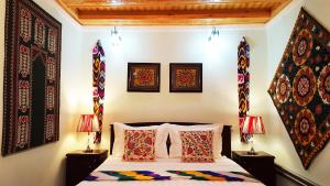 A bed or beds in a room at Jahongir Guest House