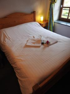 A bed or beds in a room at Aux Globe Trotters