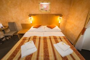 A bed or beds in a room at Pension Galko