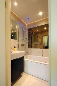A bathroom at Rhodes Hotel