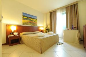 A bed or beds in a room at Hotel Parisi