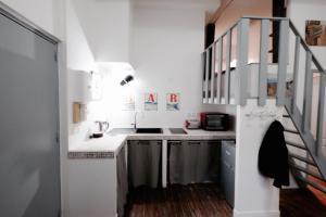 A kitchen or kitchenette at Appartement Bordeaux Victoire