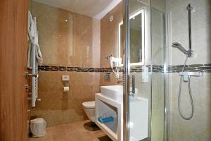 """Ein Badezimmer in der Unterkunft Hotel & Restaurant """"Danner"""" Rheinfelden City Center"""