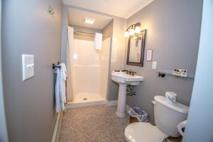 A bathroom at Cranmore Inn Bed and Breakfast