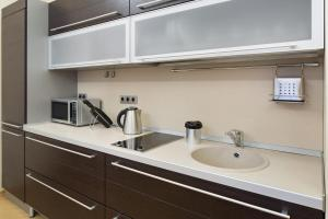 A kitchen or kitchenette at MosApts 12 near Moscow City -3 rooms