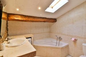 A bathroom at Residence La Sarrazine