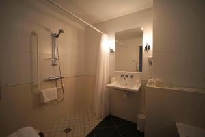 A bathroom at Clos de Vallombreuse, The Originals Relais (Relais du Silence)