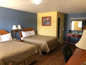 A bed or beds in a room at Gold Key Inn