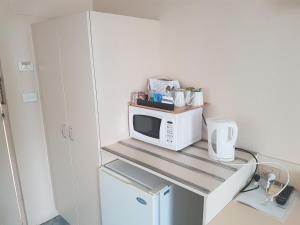 A kitchen or kitchenette at Acacia Motel