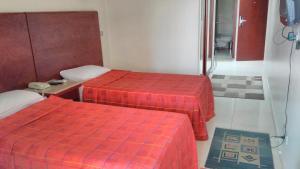 سرير أو أسرّة في غرفة في فندق الفراعنة