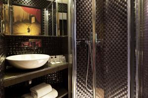 A bathroom at Hôtel Montmartre Mon Amour