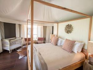 A bed or beds in a room at Ingenia Holidays Rivershore