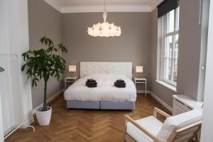 A bed or beds in a room at Bright Canal Apartments Gouda