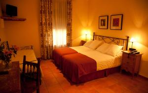 A bed or beds in a room at Hotel Alfonso IX