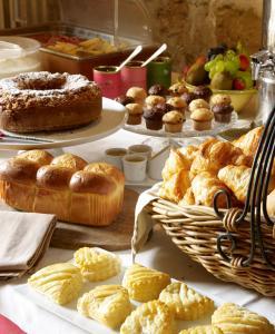 Options de petit-déjeuner proposées aux clients de l'établissement Hotel Restaurant des Deux Rocs