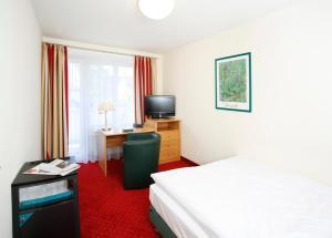 سرير أو أسرّة في غرفة في فندق بيدرشتاين أم انغليشن غارتن
