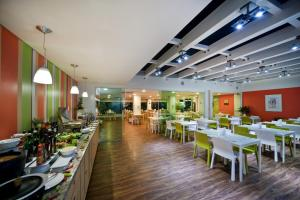 A restaurant or other place to eat at Go Inn Manaus