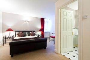 A bed or beds in a room at Park Lane City Apartments