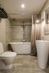 A bathroom at Modern Penthouse in the City Center by Houseys