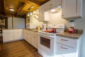A kitchen or kitchenette at Henrys Hideaway Home