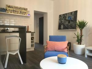 A seating area at Apartament B213