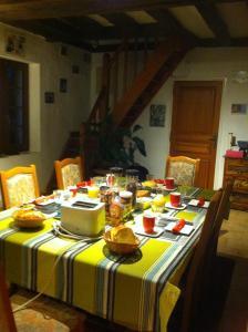 A restaurant or other place to eat at Au Parc aux Lièvres