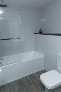 A bathroom at Harben House