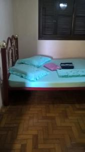A bed or beds in a room at Casa da Belô