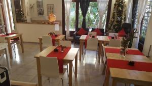 A restaurant or other place to eat at Hotel Sauro