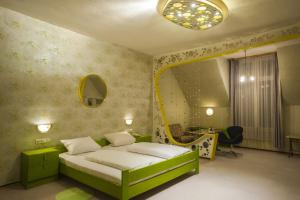 A bed or beds in a room at Hotel am Berg