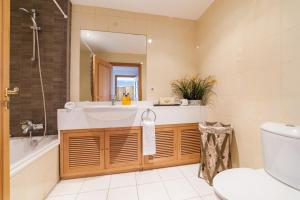 A bathroom at Falesia Apartment - by MHM
