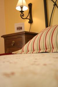 A bed or beds in a room at Mesón de la Molinera