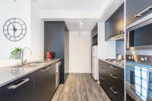 A kitchen or kitchenette at 2Mins to Brisbane CBD Funky Style 1Bed+CAR SPACE